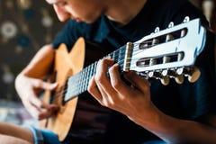 Músico que joga a guitarra acústica foto de stock