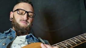Músico que joga a guitarra elétrica vídeos de arquivo