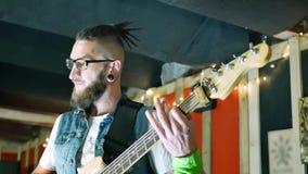Músico que joga a guitarra elétrica video estoque