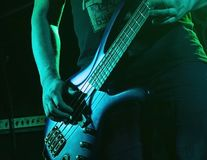 Músico que joga a guitarra em um clube noturno imagens de stock royalty free