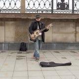 Músico que joga a guitarra em yekaterinburg, Federação Russa imagens de stock