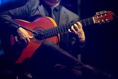 Músico que joga a guitarra para a cópia imagens de stock