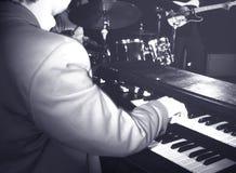 Músico que joga o órgão de hammond imagem de stock