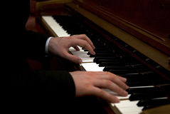 Músico que joga o piano foto de stock royalty free