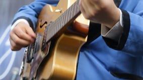 Músico que joga o vintage o close-up da guitarra video estoque