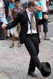 Músico que juega con su sombrero Imagen de archivo libre de regalías