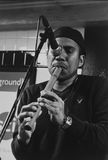 Músico que juega el flaut dentro del subterráneo en Jackson Heights Imagen de archivo libre de regalías