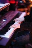 Músico que juega el teclado Fotos de archivo