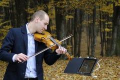 Músico que juega en el instrumento Fotografía de archivo libre de regalías