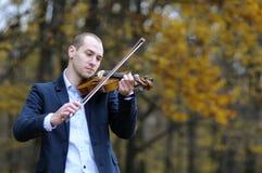 Músico que juega en el violín Fotos de archivo libres de regalías