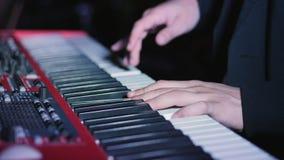Músico que juega en las llaves del piano del sintetizador del teclado almacen de metraje de vídeo