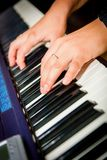Músico que juega en los teclados imagen de archivo
