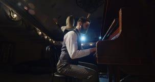 Músico que juega en una etapa del teatro foto de archivo