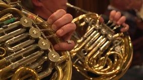 Músico que juega la trompa durante concierto metrajes