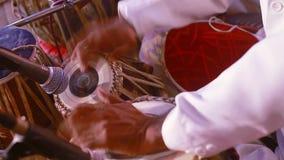 Músico que juega los tambores de la percusión con sus manos Primer almacen de video