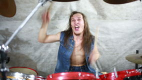 Músico que juega los tambores en la etapa, música rock