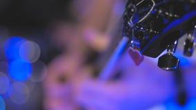 Músico que juega melodía de la guitarra eléctrica Detalles de las secuencias y mano derecha cerca de las recogidas almacen de video