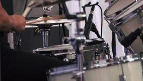 Músico que se realiza en los tambores en festival almacen de metraje de vídeo