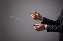 Músico que sostiene el bastón imagen de archivo