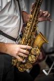Músico que toca el saxofón fotos de archivo
