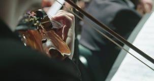 Músico que toca el violín durante un ensayo de la música clásica antes de un concierto almacen de metraje de vídeo