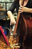 Músico que toca el violoncelo fotografía de archivo