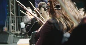 Músico que toca el violoncelo durante un ensayo de la música clásica antes de un concierto metrajes