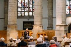 Músico que toca la flauta en la iglesia gótica del Gouda Imagen de archivo libre de regalías
