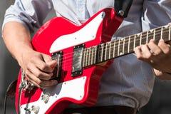 Músico que toca la guitarra Foto de archivo libre de regalías