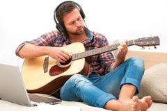 Músico que toca la guitarra acústica Fotos de archivo libres de regalías