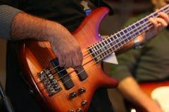 Músico que toca la guitarra baja foto de archivo libre de regalías