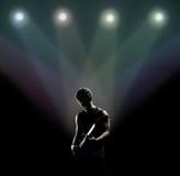 Músico que toca la guitarra en la etapa Fotos de archivo libres de regalías