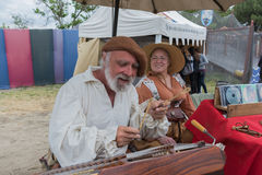 Músico que toca los instrumentos medievales Foto de archivo