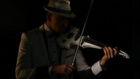 Músico que toca un violín en fondo negro almacen de video