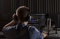 Músico que trabaja y que produce música en su estudio moderno de los sonidos Imagen de archivo