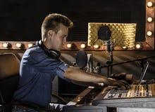 Músico que trabaja y que produce música en su estudio moderno de los sonidos Fotografía de archivo