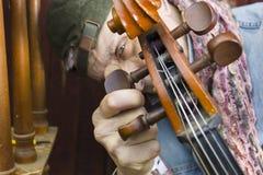 Músico Tuning Cello imagens de stock