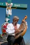 Músico ucraniano con bandura bajo cruz 3 Imagen de archivo libre de regalías