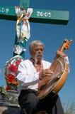 Músico ucraniano con bandura bajo cruz 4 Foto de archivo libre de regalías