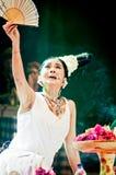 Músico y cantante tradicionales de sexo femenino. Fotografía de archivo