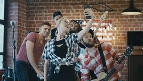 Músicos alegres que tomam o selfie na fase filme