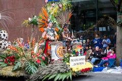 Músicos aztecas en el desfile floral magnífico imagenes de archivo
