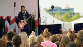 Músicos cheering da audiência em um fest do ar livre filme