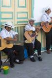 Músicos colombianos que juegan música en la calle de Salento, Colo Imagenes de archivo