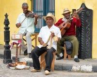 Músicos da rua de Afrocuban que jogam a música tradicional em Havana Foto de Stock