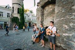 Músicos da rua na noite perto da porta famosa de Viru no reboque velho Fotografia de Stock