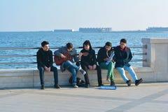 Músicos da rua na terraplenagem Fotos de Stock