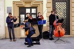 Músicos da rua no centro de Lviv, Ucrânia, Imagens de Stock