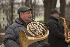 2 músicos da rua que plaing no parque público Música jazz na cidade grande Fotografia de Stock