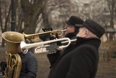 3 músicos da rua que plaing no parque público Música jazz na cidade grande Imagem de Stock Royalty Free